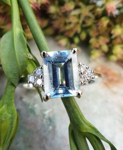 18ct White Gold Delicate Aquamarine & Diamond Ring