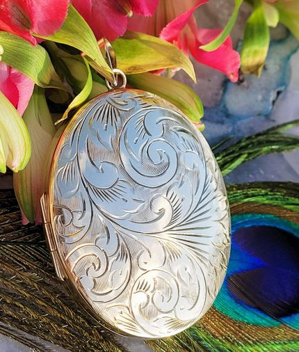 Large oval 9ct gold locket from the 1970s